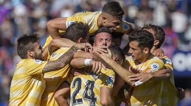 El Girona brilla i posa la directa