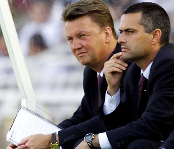 El entrenador del FC Barcelona, Louis Van Gaal junto a su asistente, Jos Mourinho durante un partido en Anoeta (San Sebastin) de la temporada 1999/00.