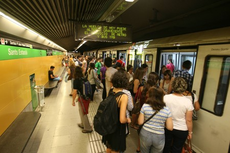 Usuarios de la lnea 3 del metro en la estacin de Sants, este lunes, durante los servicios mnimos en hora punta. 