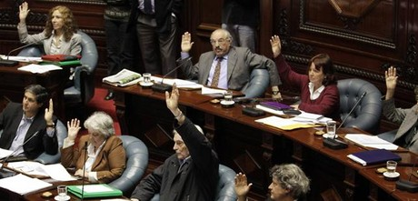 Los senadores uruguayos votan a mano alzada