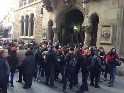 Miembros de la Plataforma de Afectados por la Hipoteca de Sabadell, ante la sede de Unnim.