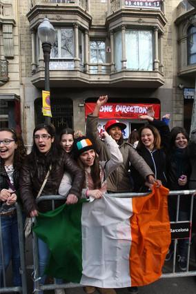 Un grupo de fans de la banda One Direction, a las puertas de la tienda barcelonesa, situada en el 434 de la avenida Diagonal. ELISENDA PONS