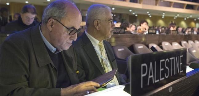 Elias Sanbar (izq), embajador de Palestina en la Unesco, durante una sesión de la conferencia general del organismo, este viernes en París. JACQUES BRINON | AP