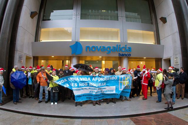 Afectados por las preferentes de Novagalicia Banco se manifiestan ante la sede central de esta entidad en Vigo, en el 2012.