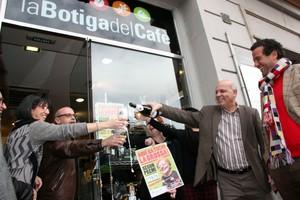 Celebración en la entrada de la Botiga del Cafè, en Tarragona, que ha vendido el segundo premio de la Grossa.