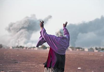 Una mujer kurda celebra un ataque a�reo de la coalici�n contra el EI en Kobani.
