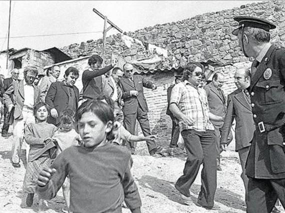 En Can Tunis 3 Pere, a la izquierda, de oscuro, en una visita del alcalde franquista Enric Massó al barrio, en 1974.