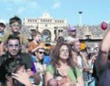 Padres y ni�os, ayer, durante la multitudinaria fiesta en el Estadi Ol�mpic.