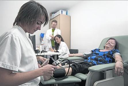 La enfermera Paula Villanueva analiza a una voluntaria.