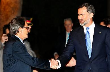 El Rey estrecha la mano de Artur Mas este domingo.