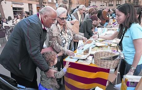 La Diada de Sant Jordi, ayer, en la plaza de la Vila de Gràcia, territorio donde aún gobiernan las pequeñas librerías.
