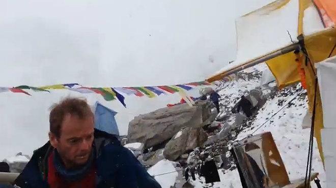 El escaldor Jost Kobusch grab� c�mo tembl� la Tierra a los pies del Everest.