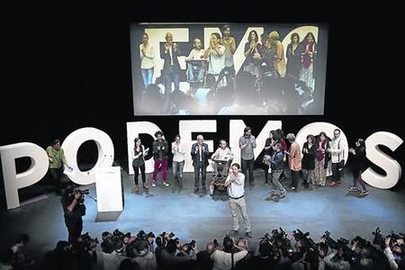 Pablo Iglesias, rodeado de su equipo, en el acto de presentaci�n del programa electoral de Podemos, ayer, en Madrid.
