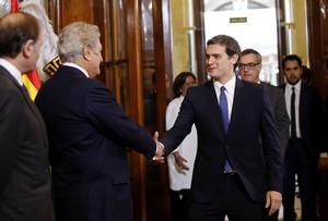 Albert Rivera saluda el president del Congrés, Jesús Posada, en lacte institucional del Dia de la Constitució.