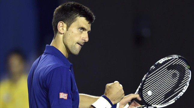Novak Djokovic celebrando uno de los puntos logrados ante Roger Federer