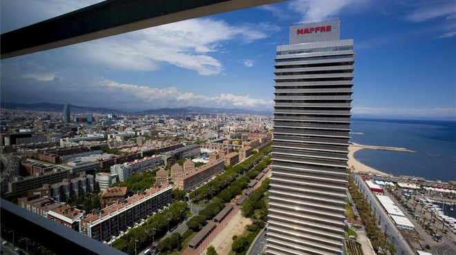 Desallotjada la torre Mapfre de Barcelona per un incendi en un restaurant