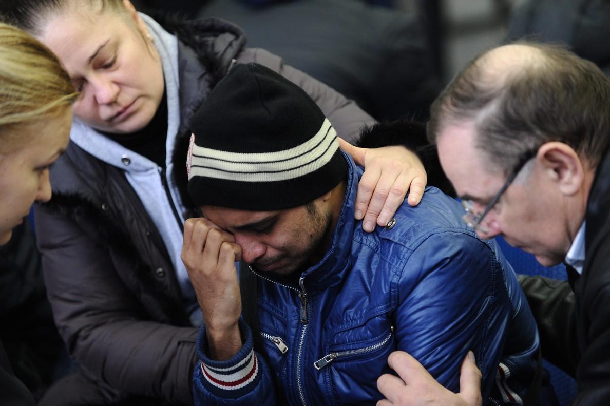 Familiares de los pasajeros fallecidos en el accidente del avión de Flydubai, en el aeropuerto de Rostov on Don.