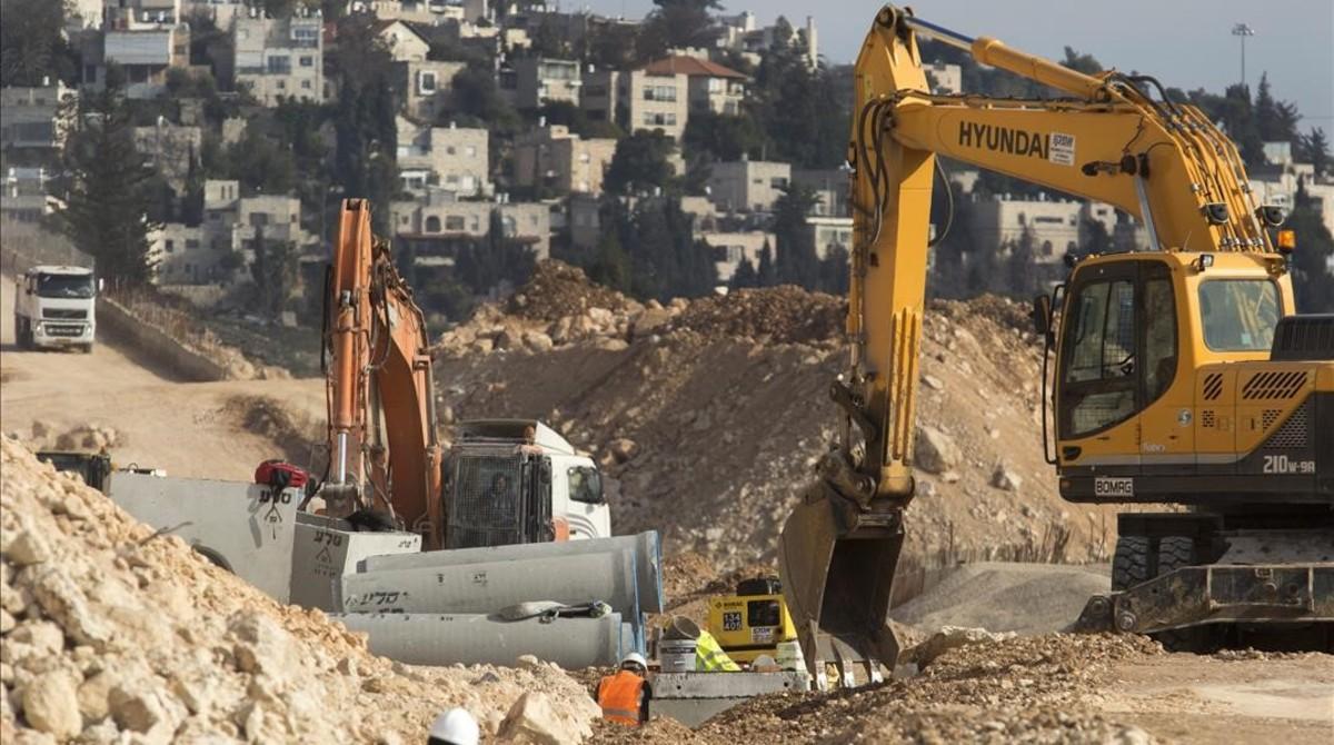 Unas excavadoras trabajan para la construcción de infraestructuras en Ramat Shlomo, en Jerusalén este, el 22 de enero.