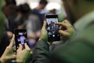 Dos personas manejan sus móviles en el Mobile World Congress de Barcelona, el pasado 27 de febrero.