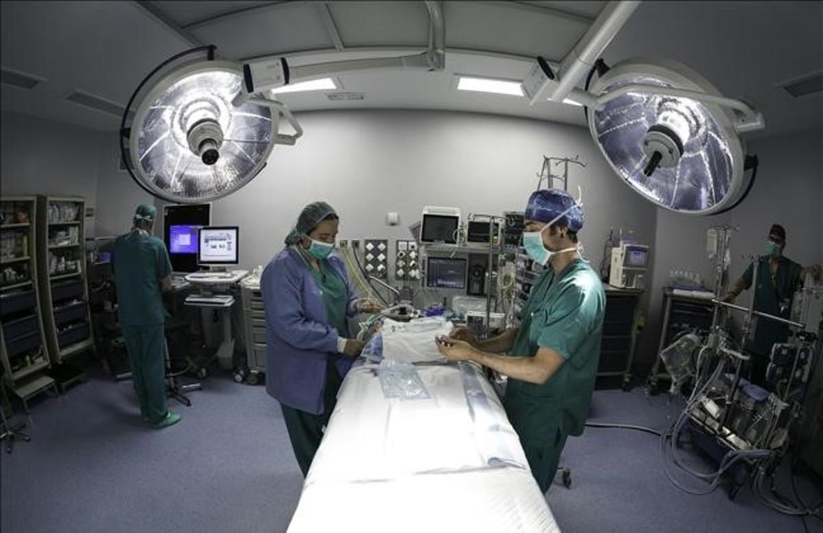 Un equipo realizando todos los preparativos en un quirófano antes de una intervención en Can Ruti.