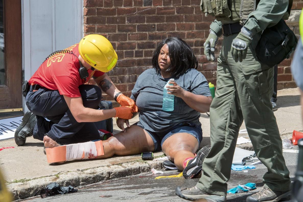 Una chica recibe los primeros auxilios, tras resultar herida durante la manifestación de Charlottesville.