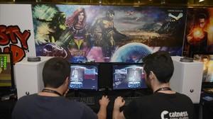 Dos jóvenes prueban un videojuego en la feria Gamelab, en LHospitalet.