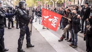 Ciudadanos se enfrentan a agentes antidisturbios durante una manifestación en París, el 10 de octubre.