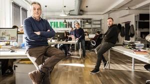 Juan Carlos Tous, junto con Jaume Ripoll (derecha) y Jose Antonio de Luna (centro), en las oficinas de Filmin, en Barcelona.