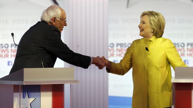 Bernie Sanders y Hillary Clinton se saludan al final del debate dem�crata, el jueves en Milwaukee.