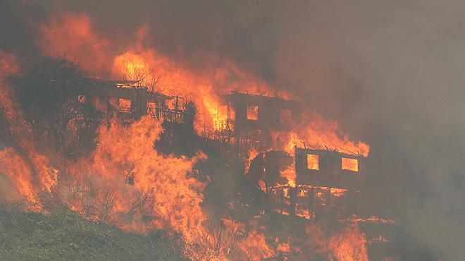 Un incendi destrueix un centenar de cases a la ciutat xilena de Valparaíso
