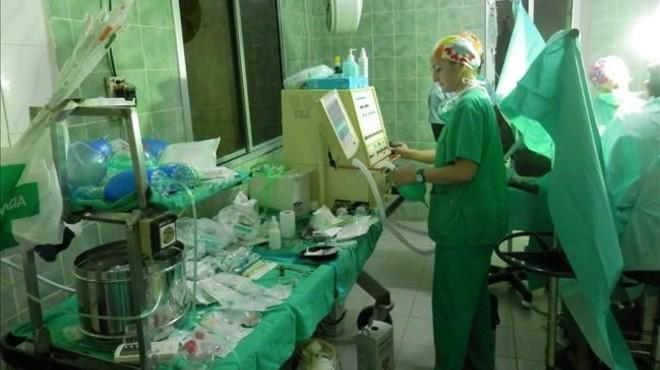 Los sanitarios catalanes en un quir�fano de Senegal operando a un ni�o.