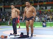 El�entrenador del luchador Mandakhnaran Ganzorig se desnuda en protesta por la descalificaci�n de su pupilo.