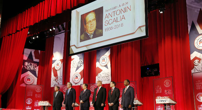La bandera de Estados Unidos ondea a media asta en la fachada de la Corte Suprema, en la capital, Washington, en homenaje por la muerte del juez Antonin Scalia.