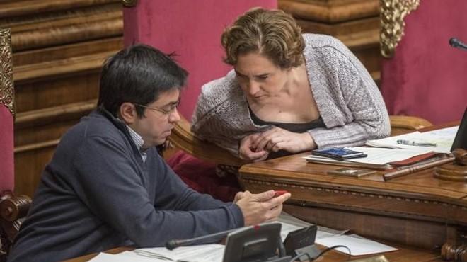 El primer teniente de alcalde, Gerardo Pisarello, y la alcaldesa, Ada Colau, en el pleno de este viernes.
