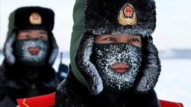 Guardias fronterizos de la policía paramilitar china se entrenan en la nieve en el condado de Mohe, China,