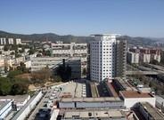 Vista del edificio que alberga el área maternoinfantil, junto a la Ronda de Dalt.