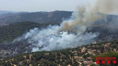 Un incendi forestal ja estabilitzat crema 11 hectàrees al costat de la riera de Teià