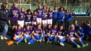 Un equip femení de Lleida fa història al guanyar una lliga masculina de futbol