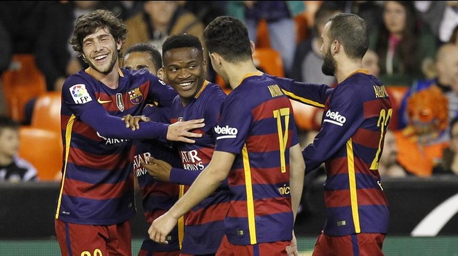 Los jugadores del Bar�a felicitan a Kaptoum por su gol al Valencia que alarga la racha del equipo sin perder.
