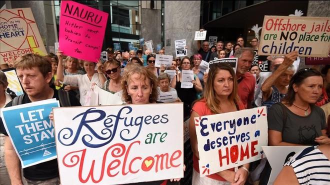 Manifestantes australianos reclaman en Brisbane que los refugiados enfermos no sean trasladados a la isla de Nauru.