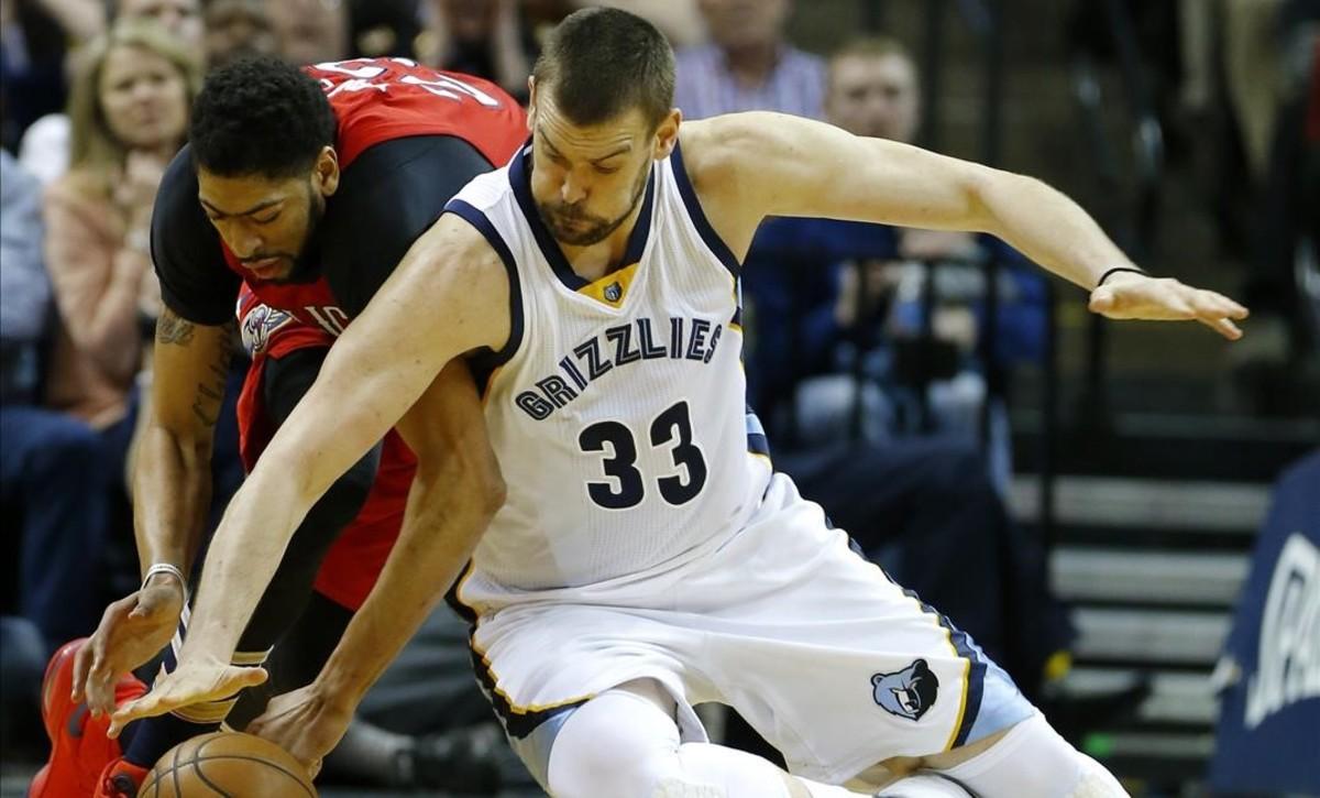 Marc Gasol (Grizzlies) disputando el balón con Anthony Davis (Pelicans)