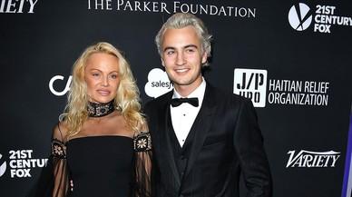 Pamela Anderson posa en la gala benéfica organizada por Sean Penn, acompañada de su hijo.