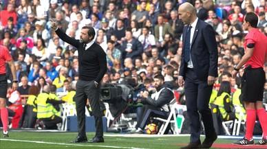 Quique Sánchez Flores da instrucciones a sus jugadores en el Bernabéu ante Zinedine Zidane.