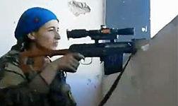 La reacción de una francotiradora kurda tras salvarse de un balazo