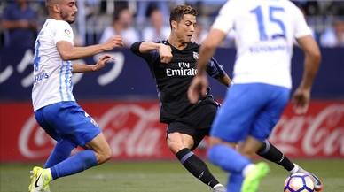 Mikel Villanueva (izquierda), junto a Cristiano Ronaldo, en el partido de La Rosaleda.