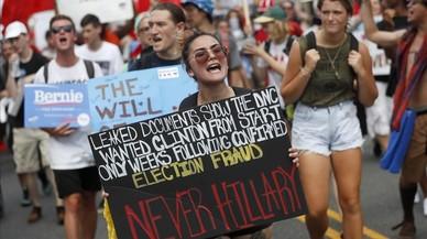 Seguidores de Bernie Sanders se manifiestan en el centro de Filadelfia el lunes 25 de mayo.