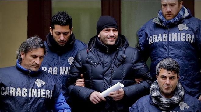El supuesto jefe de la Camorra Alessandro Giannelli, en el centro, es escoltado por la policia tras ser arrestado por los Carabinieri cerca de Caserta en Napoles Italia el 9 de febrero del 2016.