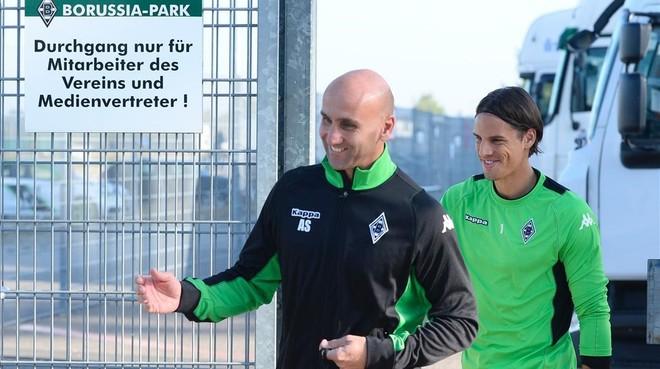 El t�cnico del Borussia Moenchengladbach Andre Schubert y el portero Sommer llegando al entrenamiento del d�a.