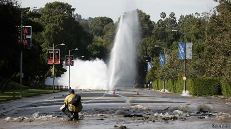 Una canonada avariada provoca una increïble inundació als carrers de Los Angeles