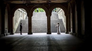 Una pareja de noviosposa en la terraza de Bethesda deCentral Parken Nueva York.